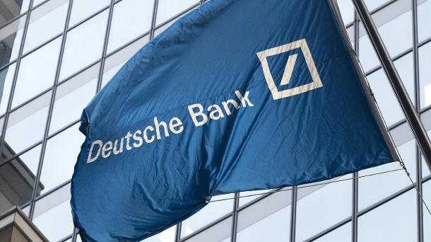 flagge-der-deutschen-bank-auf-der-wall-street-in-new-york-